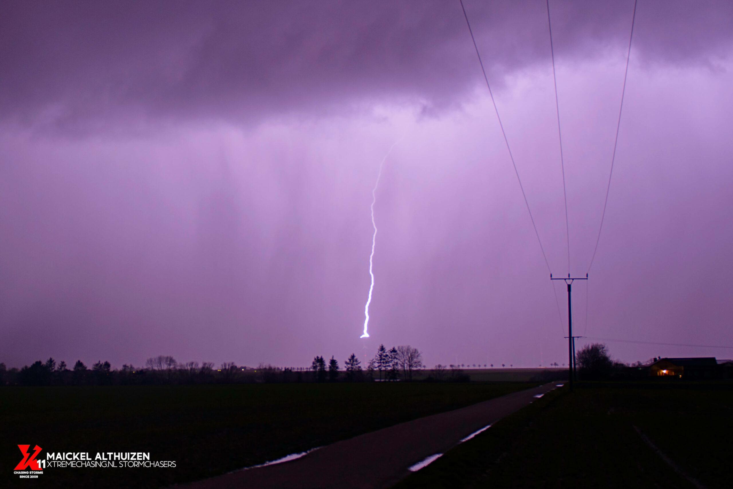 Stormchasen Bliksem op een windturbine